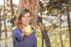 Meisje die een peer in het park houden royalty-vrije stock fotografie