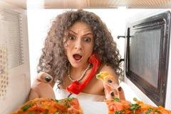 Meisje die een pizza koken Stock Afbeelding
