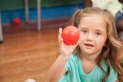 Meisje die een plastic bal houden stock fotografie