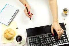 Meisje die een potlood houden en op het toetsenbord typen royalty-vrije stock afbeelding