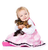 Meisje die een puppy Yorkshire Terrier koesteren Op wit Royalty-vrije Stock Afbeeldingen