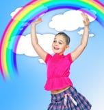 Meisje die een regenboog abstracte achtergrond houden stock afbeeldingen