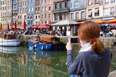 Meisje die een schot van Honfleur-haven nemen Stock Afbeeldingen