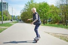 Meisje die een skateboard berijden Stock Fotografie