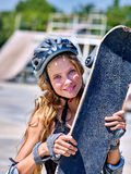 Meisje die een skateboard in handen houden stock foto's
