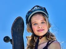 Meisje die een skateboard in handen houden stock afbeeldingen
