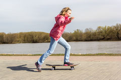 Meisje die een skateboard leren te berijden Royalty-vrije Stock Afbeeldingen