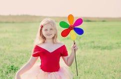 Meisje die een stuk speelgoed bloem houden Stock Foto