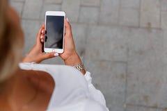 Meisje die een telefoon in zijn hand houden Royalty-vrije Stock Afbeeldingen