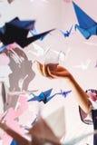 Meisje die een traditionele Japanse die origamizwaan houden uit document wordt gemaakt Zachte nadruk Royalty-vrije Stock Fotografie
