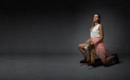 Meisje die een vals paard berijden Royalty-vrije Stock Afbeelding