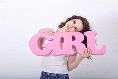 Meisje die een van letters voorziend meisje houden Stock Foto's