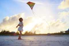 Meisje die een vlieger vliegen Stock Fotografie