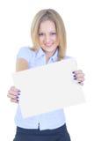 Meisje die een wit blad van document houden Stock Fotografie