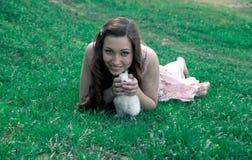 Meisje die een wit konijn houden Stock Foto's