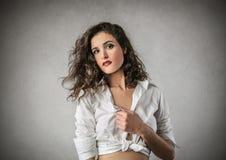 Meisje die een witte blouse dragen Stock Foto's