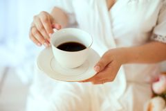 Meisje die een witte koffiemok houden In een witte laag royalty-vrije stock foto