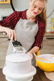 Meisje die eigengemaakte snoepjes op keuken koken cookery stock afbeeldingen