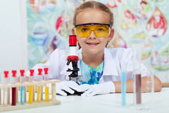 Meisje die in elementaire wetenschapsklasse experimenteren Stock Fotografie