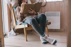 Meisje die en boek in cabine ontspannen lezen royalty-vrije stock fotografie