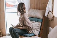 Meisje die en boek in cabine ontspannen lezen stock fotografie