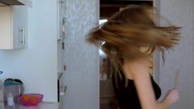 Meisje die en in de keuken spinnen glimlachen stock footage