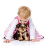 Meisje die en met een puppy spelen kruipen Geïsoleerd op wit royalty-vrije stock foto