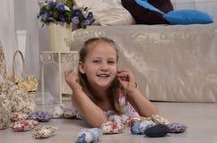 Meisje die en op de vloer glimlachen liggen Royalty-vrije Stock Afbeelding