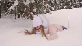 Meisje die en op sneeuw afnemen vallen stock videobeelden