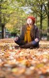 Meisje die en in park ontspannen mediteren stock fotografie