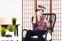 Meisje die ervaring krijgen die VR-glazen van virtuele werkelijkheid gebruiken royalty-vrije stock afbeeldingen