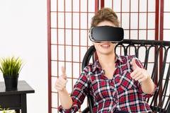 Meisje die ervaring krijgen die VR-Hoofdtelefoon glazen van virtuele werkelijkheid gebruiken stock foto