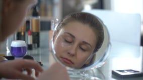 Meisje die flarden verwijderen uit huid rond ogen, efficiënte hulp om huidschoonheid onder ogen te zien stock videobeelden