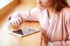 Meisje die freelancer een tablet in de koffie houden royalty-vrije stock afbeelding