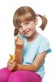 Meisje die frieten eten stock fotografie