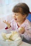 Meisje die gebakje eten Stock Foto