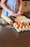 Meisje die gebakje verwijderen Stock Foto