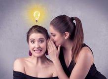 Meisje die geheime dingen vertellen aan haar meisje royalty-vrije stock afbeeldingen
