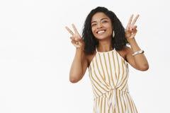 Meisje die geluk in het leven ter sprake brengen Portret van het charmeren van onbezorgde Afrikaanse Amerikaanse vrouw met het kr stock foto