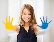Meisje die geschilderde handen tonen Stock Foto