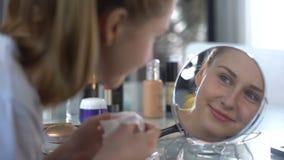 Meisje die gezichtsmasker verwijderen, rimpels gladmaken en huid lenig en strak maken stock videobeelden