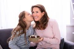Meisje die Gift geven aan Haar Moeder stock foto