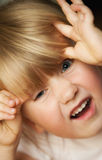 Meisje die grappig gezicht trekken Stock Fotografie