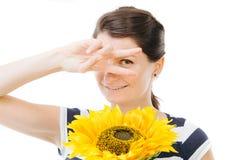 Meisje die grappig, houdend een zonnebloem zijn stock afbeeldingen