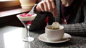 Meisje die groene of zwarte theezitting in een koffie brouwen stock video