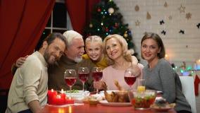 Meisje die grootouders koesteren bij traditioneel Kerstmisdiner, retro fotoeffect stock videobeelden