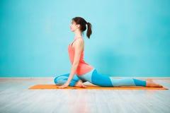 Meisje die in gymnastiek yoga doen royalty-vrije stock afbeeldingen