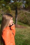 Meisje die haar celtelefoon met behulp van Royalty-vrije Stock Afbeeldingen