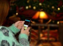 Meisje die haar celtelefoon met behulp van Stock Foto