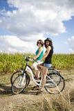 Meisje die haar fiets berijden Royalty-vrije Stock Foto